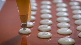 seringue cuisine le confiseur avec la seringue de pâtisserie fait des biscuits la