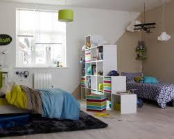 astuce pour separer une chambre en 2 une bibliothèque escalier pour séparer la chambre momes