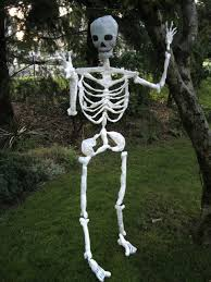 easy outdoor halloween decorations with white human skeleton