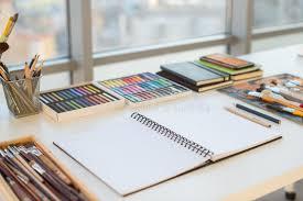bureau d ordre lieu de travail de peintre dans la vue de côté d ordre bureau de