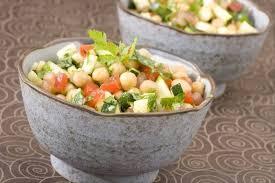 cuisiner des pois chiches recette de salade de pois chiches aux légumes frais facile et rapide