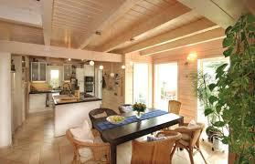 küche mit esstisch helle essecke mit offener küche küche holztisch e couchstyle