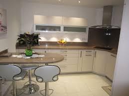 cuisine beige laqué réalisation cuisines couloir modèle beige rosé avec plan granit