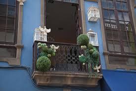 tauben auf dem balkon balkon verziert mit vogelkäfigen und tauben stockbilder bild
