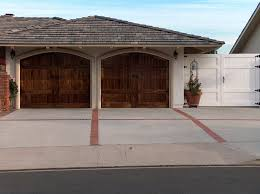 Garages That Look Like Barns Arched Garage Doors That Look Like Barn Doors That Swing Out In