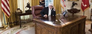bureau vide en plein shutdown donald se met en scène assis à un