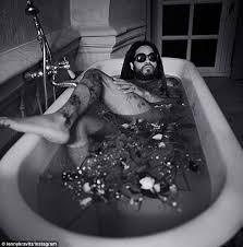 Bathtub The Front Bottoms Lenny Kravitz Shares Cheeky Bathtub Instagram Photo Daily Mail