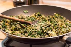 cuisiner le pissenlit omelette de pois chiches au pissenlit et plantain végane