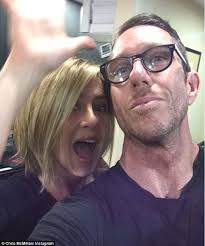 what is the formula to get jennifer anistons hair color jennifer aniston looks thrilled with her new hair cut as she