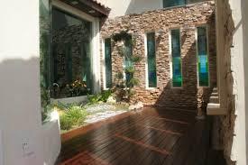 garden courtyard house design featuring green grass green