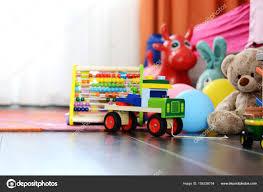 moquette chambre enfant pour enfants jouets multicolores sur parquet ou moquette sur chambre