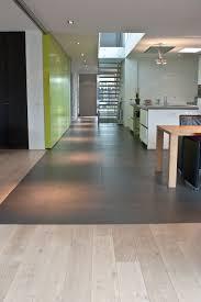 bodenbeläge küche schöner boden zwischen flur und küche wohnzimmer viel glas um