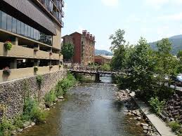 front of hotel picture of the edgewater hotel gatlinburg