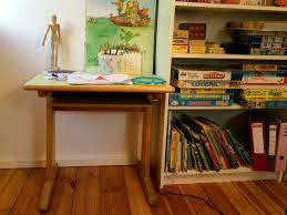 Kleiner Kinderschreibtisch Ein Kinderschreibtisch Für Die Grundschule Kind Hoch 3