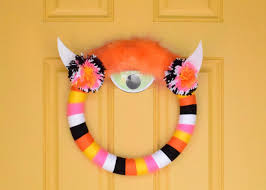 How To Make Halloween Wreaths by How To Make A Halloween Yarn Wrapped Monster Wreath How Tos Diy