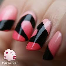 piggieluv hands making a heart nail art