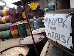 Minyak Tanah Per Liter di mbay harga minyak tanah melonjak hingga rp 12 000 per liter