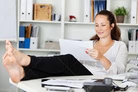 femme de bureau femme de détente en lisant assis à l intérieur du bureau banque d