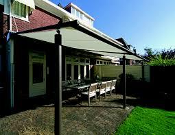 auvent en bois pour terrasse conseils pour couvrir une terrasse vivons dehors aménagment de