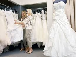 wedding dress shopping should you invite your in wedding dress shopping