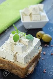 origan frais en cuisine fromage féta au tofu avec de l origan frais sur un toast de grains
