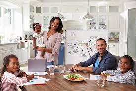 cuisine famille réunion domestique dans la cuisine famille regardant à l appareil