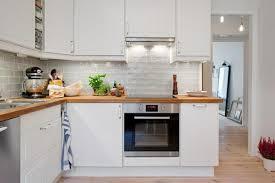 cuisine blanche et plan de travail bois amenagement cuisine cuisine blanche avec plan de travail
