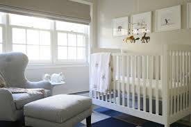 chambre b b blanche et grise design interieur chambre bébé blanche décorée tapis carrés bleus