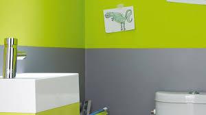 chambre grise et verte une chambre esprit atelier chic murs vert de gris align s avec avec