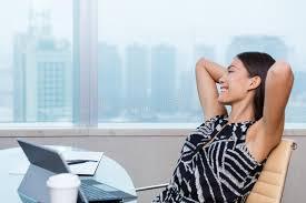 femme de bureau détente heureuse de femme de bureau de satisfaction de travail image