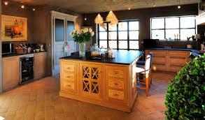 ilot cuisine bois massif cuisine cuisine classique en bois massif en bois avec ã lot rurale
