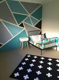 wandgestaltung farbe beispiele idee muster wandschrank unregelmäßige dreiecke in vier farben