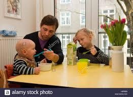 israelische k che deutschland junge familie mit kindern in der k che stock photo