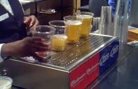 costo bicchieri di plastica novit罌 hi tech il bicchiere di birra che si riempie dal basso