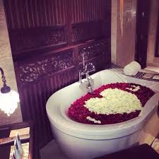 Romantic Bedroom Ideas With Rose Petals I Love You Written With Petals Of Roses In The Tub So Pretty And