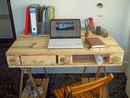 bureau avec treteau bureau fabriqué à partir d une palette et 2 tréteaux de