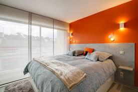 le chambre la chambre affiche modernité et tonicité un mur orange chaud une