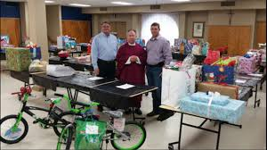 inmates children recieve gifts from church