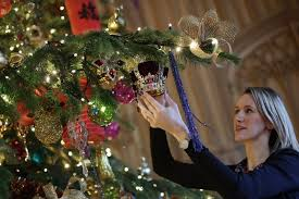 Christmas Decorations Pound Shop by When To Put Up Your Christmas Tree And Christmas Decorations