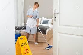 hotel femme de chambre femme de ménage nettoyant pour sols dans l hôtel chambre banque d