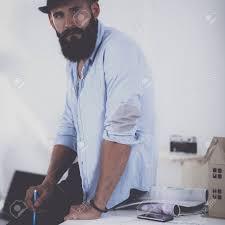 le sexe au bureau portrait du créateur de sexe masculin dans le chapeau avec des plans