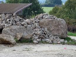 bloc de pierre pour mur pierres enlevées et levées paysanheureux