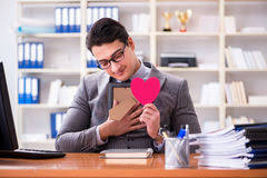 l amour dans le bureau l amour de sentiment d homme d affaires et aimé dans le bureau image