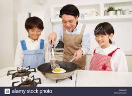 cuisiner avec ses enfants papa japonais cuisiner avec ses enfants banque d images photo