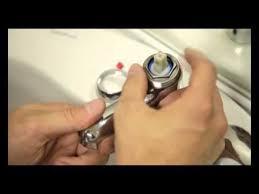 robinet cuisine qui fuit réparer un robinet qui fuit en changeant la cartouche du mitigeur