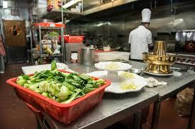 faire r馘uire en cuisine légumes crus prêts pour faire cuire à la cuisine commerciale image