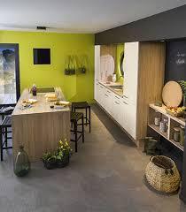 peinture cuisine vert anis cuisine carrelage gris meubles blancs et bois murs vert anis et