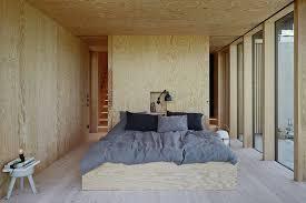 la chambre des propri aires maison design avec piscine de andreas martin löf plafond en