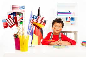 au bureau 91 garçon espagnol apprenant la géographie se reposant au bureau