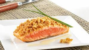 cuisiner pavé saumon recette pavé de saumon au crumble de noix du périgord facile pour 4